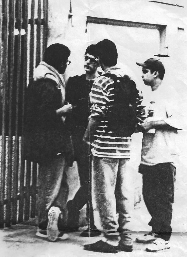 Tiago é o primeiro à esquerda (RA!), trocando ideia com Guy Picciotto (ex-Fugazi), em 1994, em Belo Horizonte, durante o BHRIF