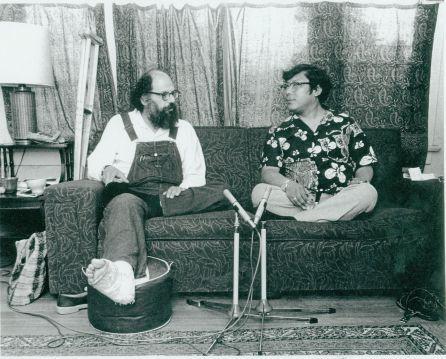 Ginsberg e Trungpa levando um papo numa riléqui.